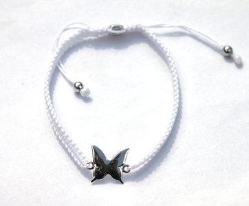 White zijde armbandje met zilveren Vlinder